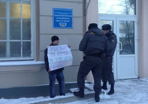 Yevtushenko being stopped by the police while picketing in Arkhangelsk.